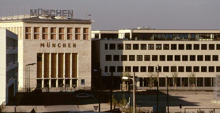 München Messestadt Riem: Links die Abflugshalle (Wappensaal) des ehemaligen Flughafen Riem Abflugshalle Flughafen Riem