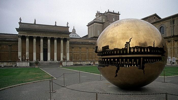 Vatikanische Museen: Cortile della Pigna - Sfera con Sfera Petersdom