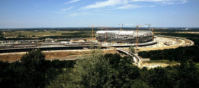 München Blick vom Fröttmaninger Berg: Allianz Arena und Parkhaus Fröttmaninger Heide