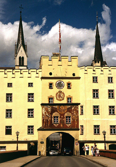 Wasserburg am Inn Brucktor, dahinter die Türme der Spitalkirche (links) und der Frauenkirche Innbrücke