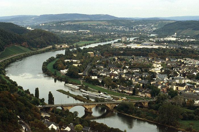 Trier Blick vom Fuß der Mariensäule: Mosel mit Kaiser-Wilhelm-Brücke und Schiffsanlegestelle