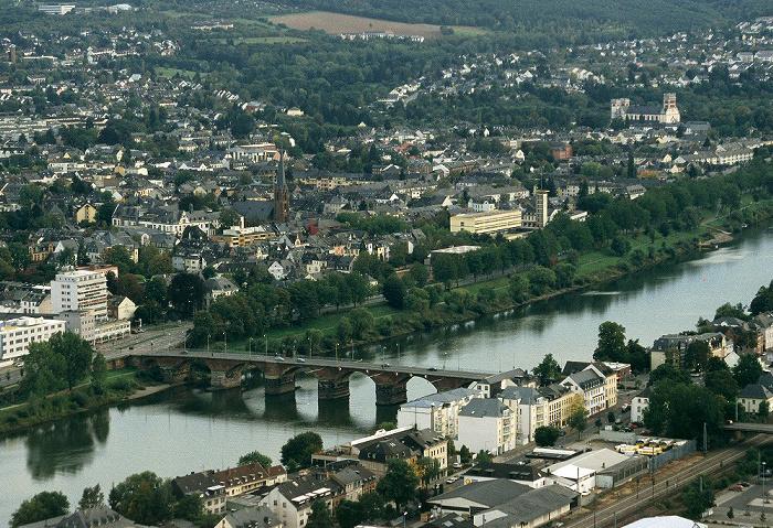 Trier Blick vom Fuß der Mariensäule: Römerbrücke über die Mosel Herz-Jesu-Kirche St. Matthias