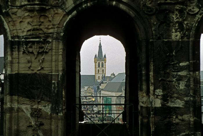 Trier Porta Nigra, dahinter die Simeonstraße und St. Gangolf