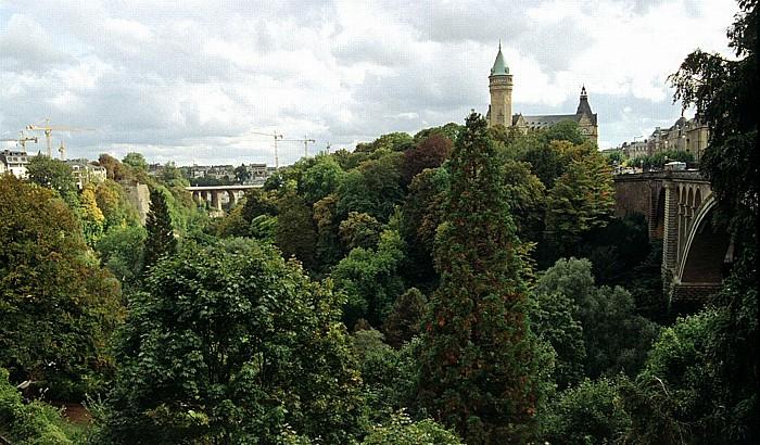 Luxemburg Petruss-Tal zwischen Viadukt (links) und Adolphe-Brücke Staatsbank und Staatssparkasse