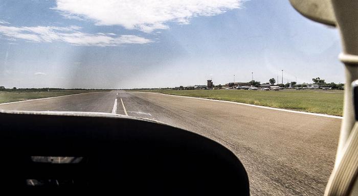Maun Flughafen: Blick aus Cessna 206 auf Start- und Landebahn
