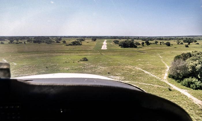 Okavango-Delta: Landung der Cessna 206 auf dem Kwara-Flugfeld Luftbild aerial photo
