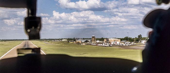 Maun: Flughafen - Cessna beim Landeanflug Luftbild aerial photo