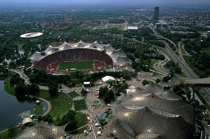 Blick vom Olympiaturm: In der Bildmitte Olympiastadion, Coubertin-Platz und Olympiahalle München 2005