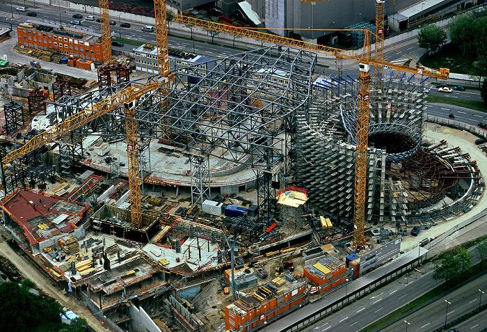 München Blick vom Olympiaturm: Bau der BMW Welt (Auslieferungs- und Erlebniszentrum)