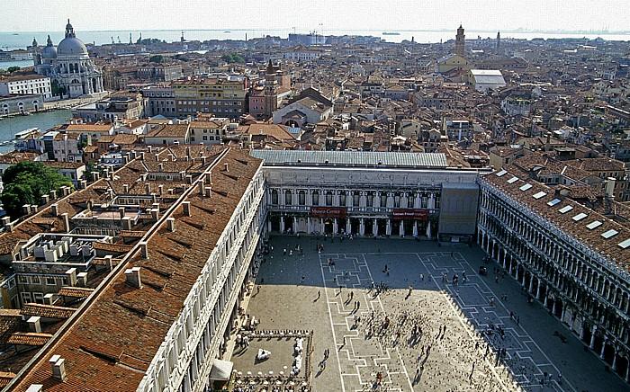 Venedig Blick vom Campanile: Piazza San Marco mit Procuratie Nuove (links) und Procuratie Vecchie Santa Maria della Salute