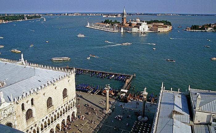 Venedig Blick vom Campanile: San Giorgio Maggiore Dogenpalast Säulen von San Marco und San Teodoro Zecca