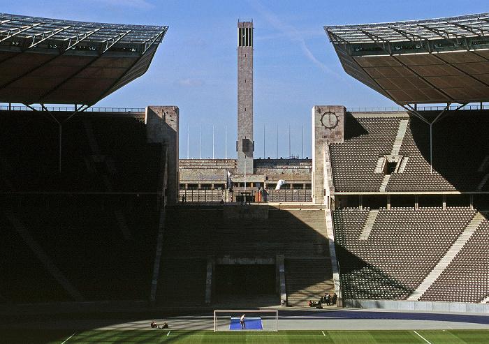 Berlin Olympiastadion: Blick durch das Marathontor auf den Glockenturm