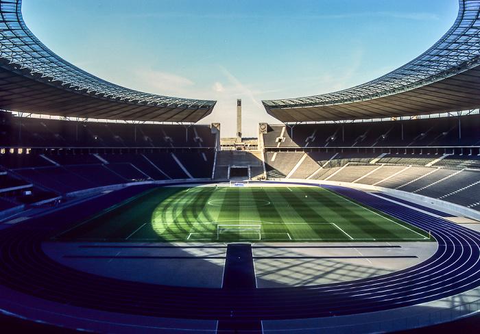Olympiastadion: Innenraum mit blauer Kunststofflaufbahn Berlin 2005