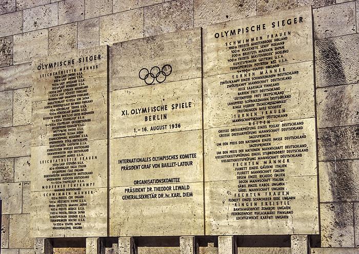 Olympiastadion: Tafel der Olympiasieger von 1936 im Marathontor Berlin 2005