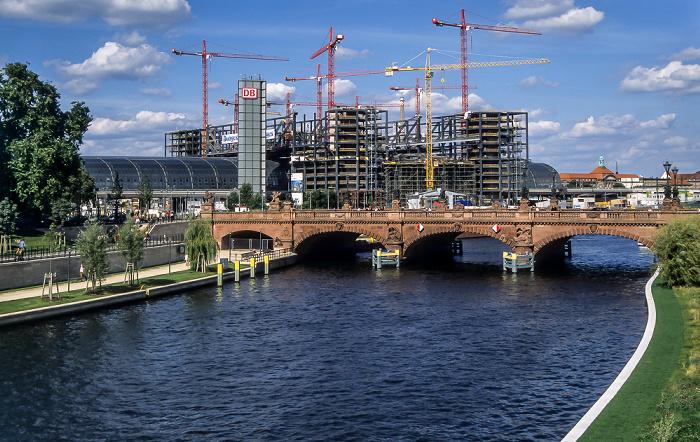 Moltkebrücke über die Spree, dahinter der Hauptbahnhof - Lehrter Bahnhof Berlin 2005