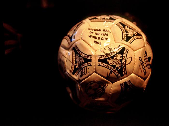Berlin Bundeskanzleramt: Ball der Fußball-Weltmeisterschaft 1990 in Italien