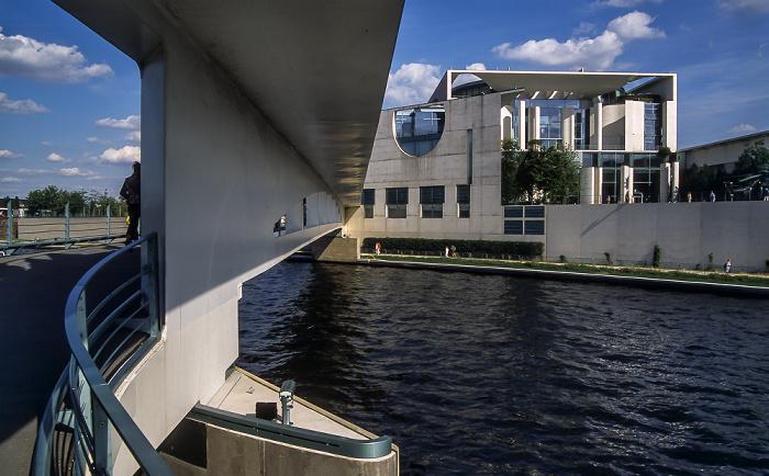 Berlin Brücke zwischen Garten des Bundeskanzleramtes und Bundeskanzleramt, Spree, Bundeskanzleramt