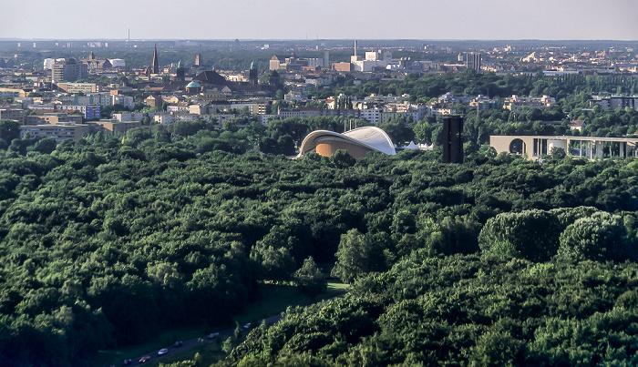 Blick vom Gebäude Potsdamer Platz 1: Tiergarten mit Haus der Kulturen und Bundeskanzleramt Berlin 2005
