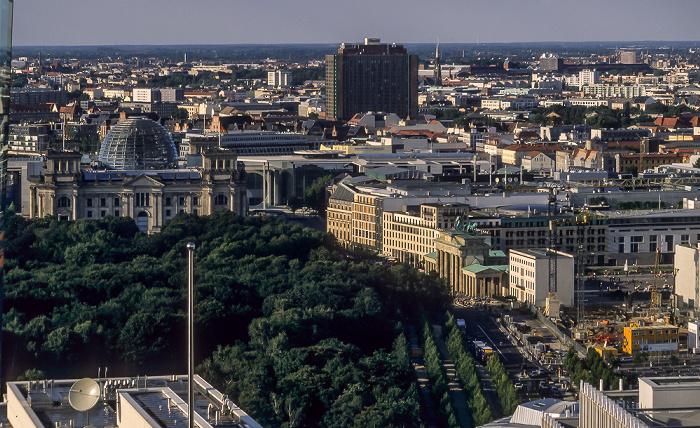 Blick vom Gebäude Potsdamer Platz 1: Reichstagsgebäude, Marie-Elisabeth-Lüders-Haus, Brandenburger Tor Berlin 2005