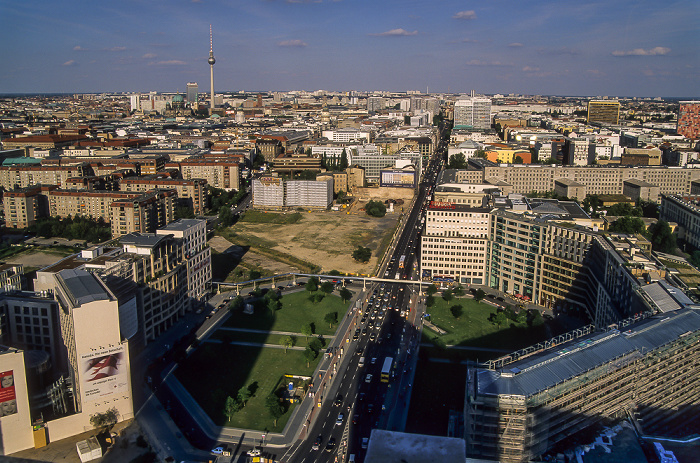 Blick vom Gebäude Potsdamer Platz 1: Mitte mit Leipziger Platz und Leipziger Straße Berlin 2005