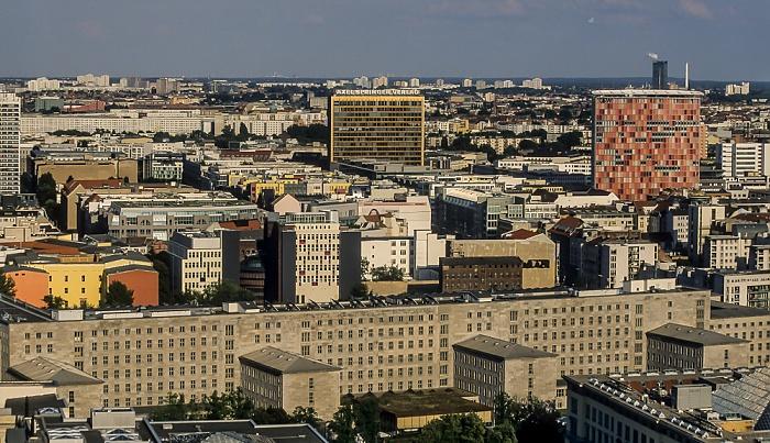 Blick vom Gebäude Potsdamer Platz 1: Axel-Springer-Hochhaus (Bildmitte) und  und GSW-Hochhaus Berlin 2005