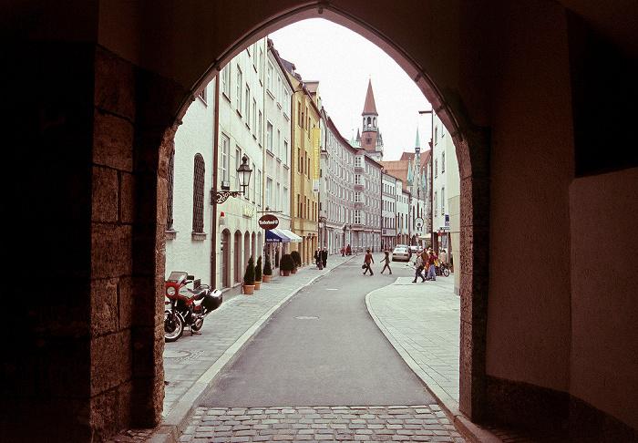 München Burgstraße, im Hintergrund der Turm des Alten Rathauses Altes Rathaus