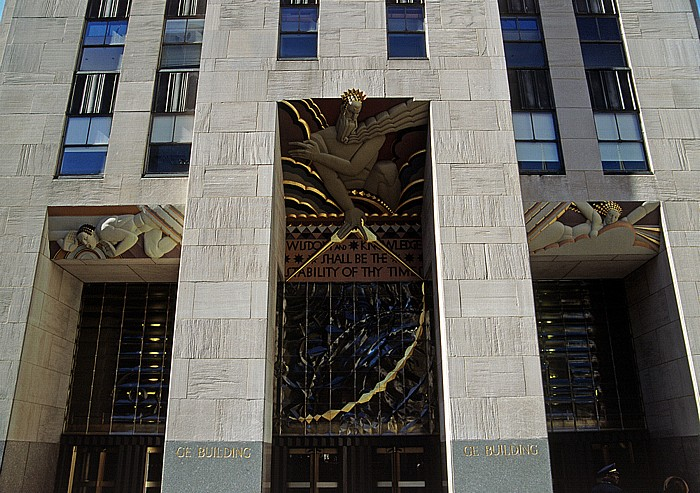New York City Rockefeller Center: Haupteingang des GE Building mit Relief Die Weisheit