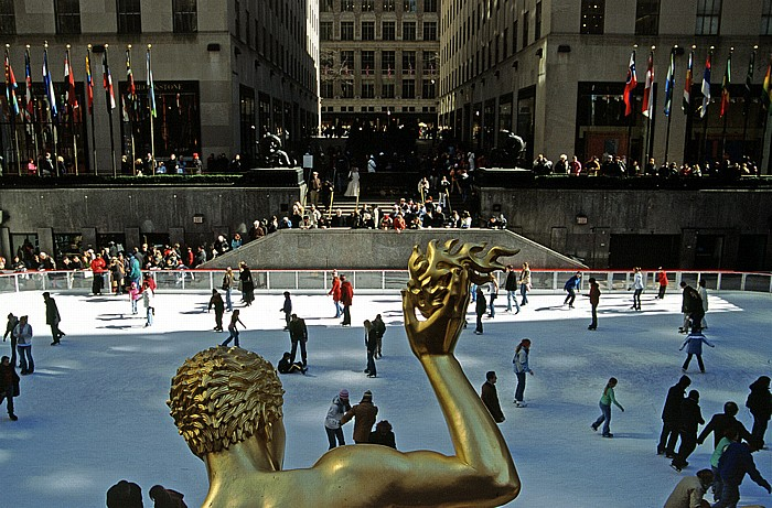 New York City Rockefeller Center: Lower Plaza mit Eisbahn