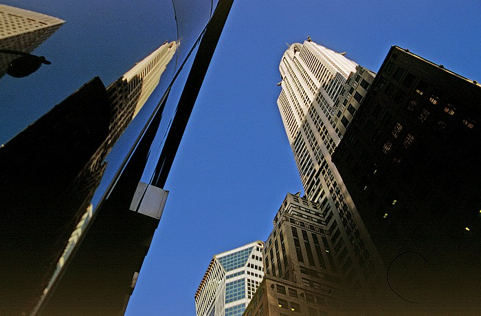 New York City Links (gespiegelt) und rechts: Chrysler Building