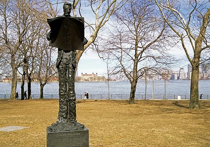 New York Liberty Island: Statue von Joseph Pulitzer Manhattan Upper Bay