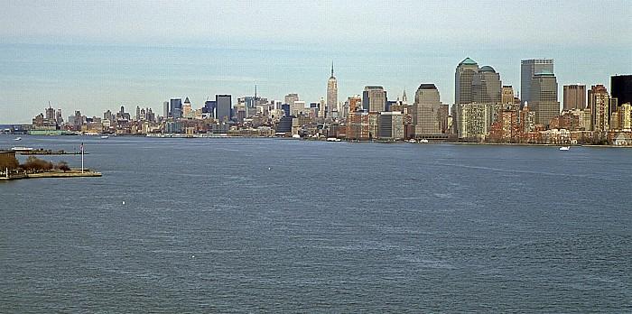 New York Blick vom Sockel der Freiheitsstatue Empire State Building Hudson River Manhattan Upper Bay World Financial Center
