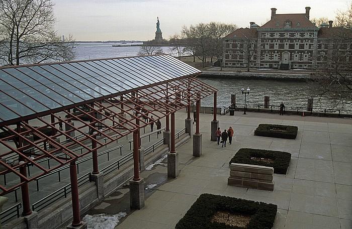 New York Ellis Island: Blick aus dem Hauptgebäude Freiheitsstatue Liberty Island Verrazano Narrows Bridge
