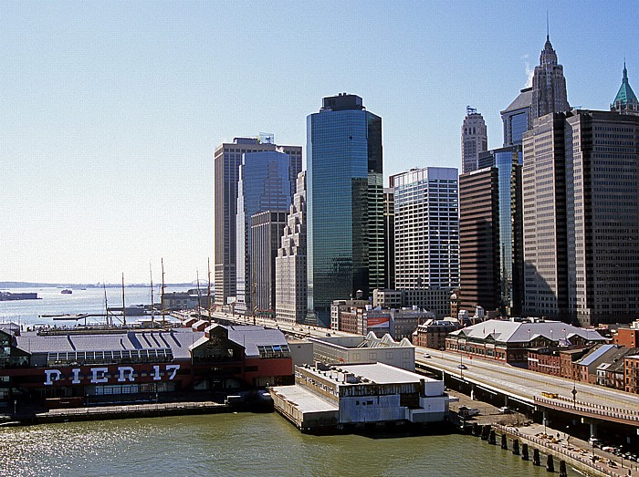 Blick von der Brooklyn Bridge: Manhattan Downtown mit Pier 17 und Financial District New York City