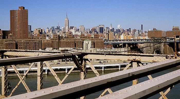 Blick von der Brooklyn Bridge: East River, Two Bridges und die South Street, dahinter Manhattan Midtown New York City