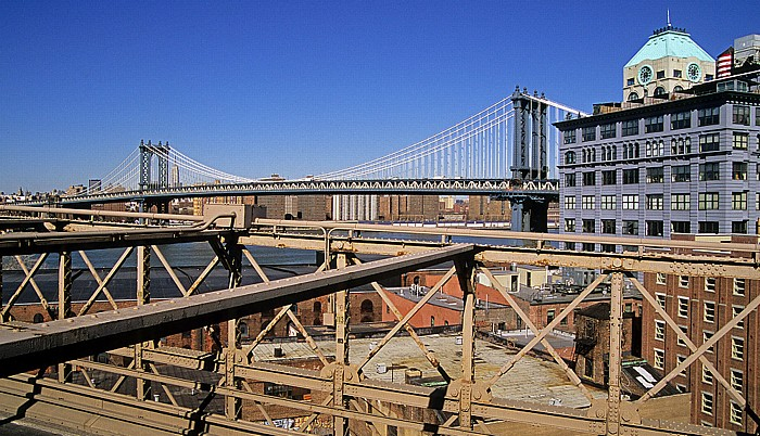 Blick von der Brooklyn Bridge: East River und Manhattan Bridge New York City