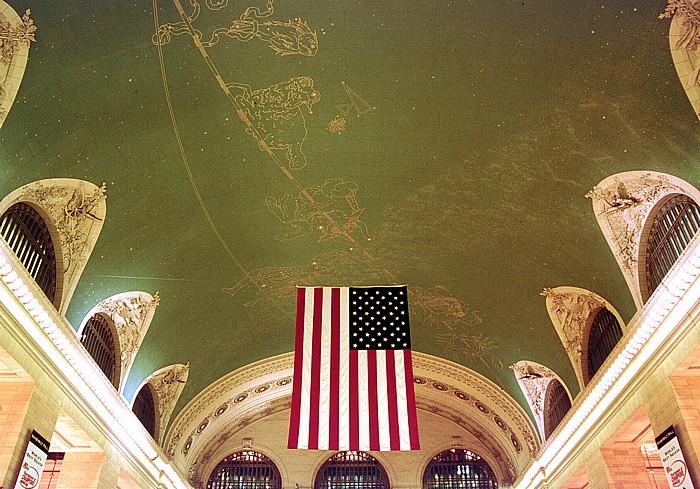 Grand Central Terminal: Gewölbedecke der Bahnhofshalle, US-amerikanische Flagge New York City