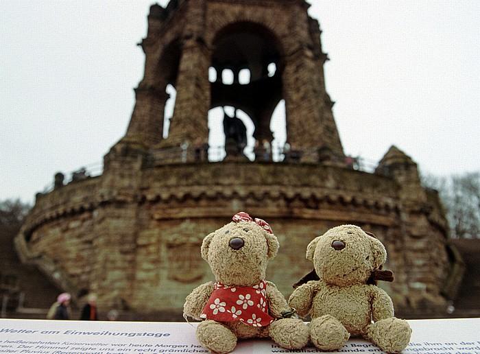 Porta Westfalica Teddine und Teddy, dahinter das Kaiser-Wilhelm-Denkmal