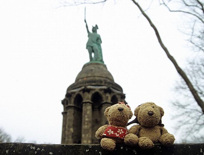 Detmold Teddine und Teddy, dahinter das Hermannsdenkmal