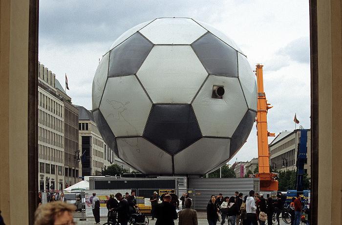 Blick durchs Brandenburger Tor: Pariser Platz mit WM-Fußball Berlin 2006
