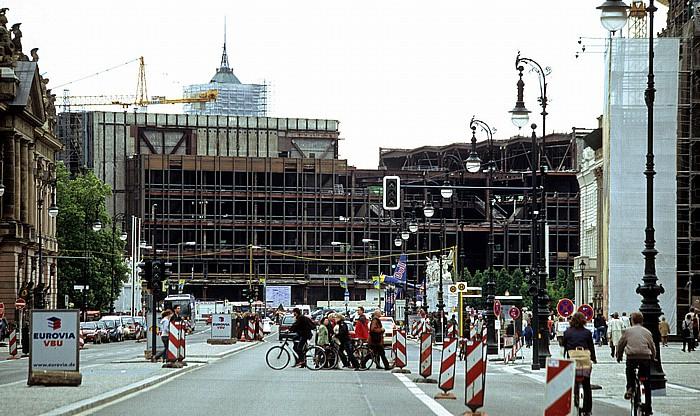 Unter den Linden, dahinter der sich im Abriss befindliche Palast der Republik Berlin 2006