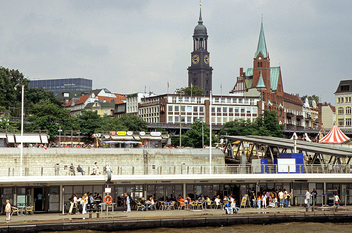 Hamburg St.-Michaelis-Kirche (links) und Gustaf Adolfskyrkan (Gustaf-Adolfs-Kirche) St. Pauli-Landungsbrücken