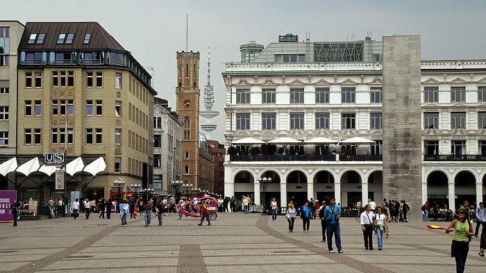 Rathausmarkt, rechts die Alsterarkaden, davor das Hamburger Ehrenmal Heinrich-Hertz-Turm