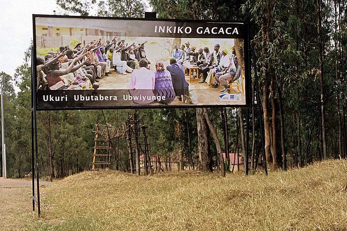 Ruanda Hinweistafel über Gacaca-Gerichte