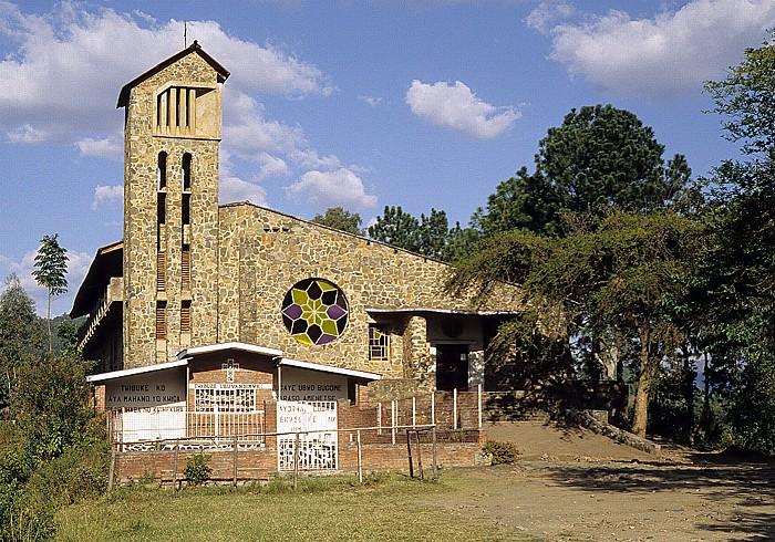 Kibuye Kirche, davor eine Genozid-Gedenkstätte