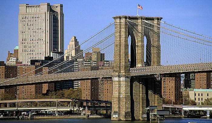 New York Blick von der Brooklyn Heights Esplanade: Brooklyn Bridge (östlicher Pylon)
