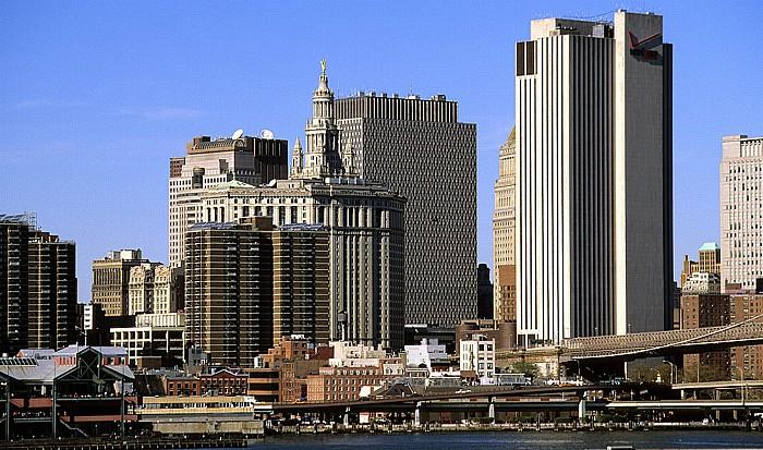 New York Blick von der Brooklyn Heights Esplanade: Manhattan Municipal Building und Verizon Building East River Jacob K. Javits Federal Office Building
