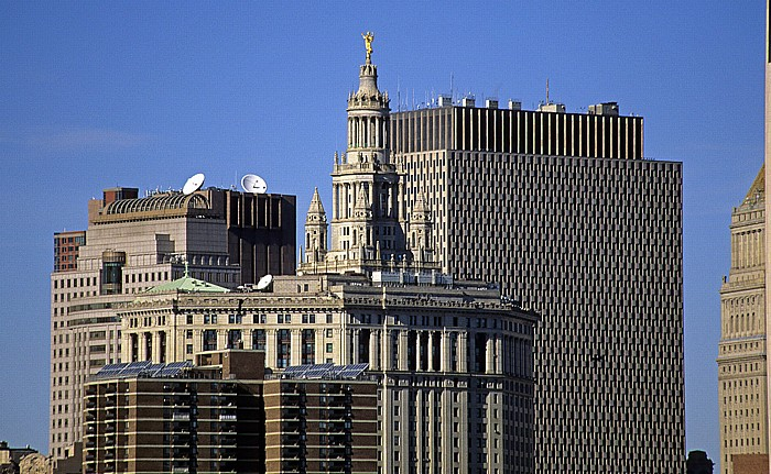 New York Blick von der Brooklyn Heights Esplanade: Manhattan Municipal Building und Jacob K. Javits Federal Office Building