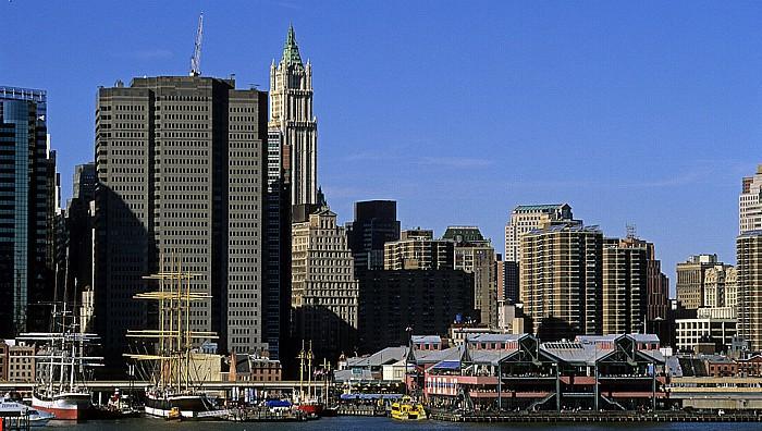 New York Blick von der Brooklyn Heights Esplanade: Manhattan Downtown East River Pier 17 South Street Seaport Woolworth Building