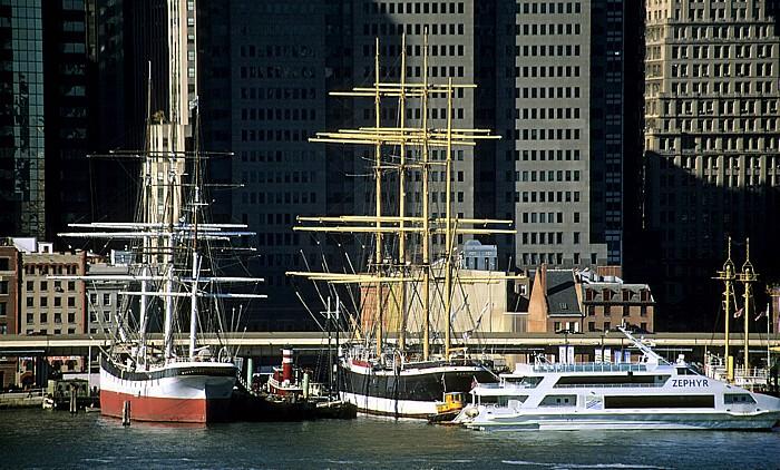 New York Blick von der Brooklyn Heights Esplanade: South Street Seaport Museum Peking Wavertree
