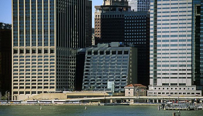 New York Blick von der Brooklyn Heights Esplanade: Links 55 Water Street, rechts 1 Financial Square